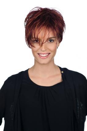 Parrucca_donna_modello_Karolina_in_capello_sintetico_corto_colore_rosso_mechato_costruzione_in_tessitura