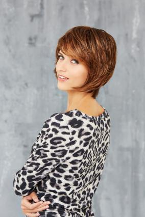Parrucca_donna_modello_Cosmo_Club_Hair_B_in_capello_sintetico_corto_colore_castano_mechato_costruzione_in_tessitura