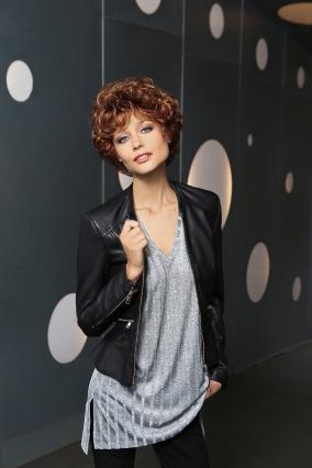 Parrucca_donna_modello_Long_Classic_Lady_in_capello_sintetico_riccio_colore_rame_mechato_costruzione_in_tessitura