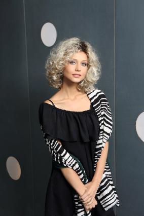 Parrucca_donna_modello_Modern_Curl_Long_in_capello_sintetico_mosso_colore_biondo_mechato_costruzione_in_tessitura