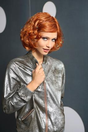 Parrucca_donna_modello_Modern_Curl_in_capello_sintetico_mosso_colore_rosso_arancio_costruzione_in_tessitura
